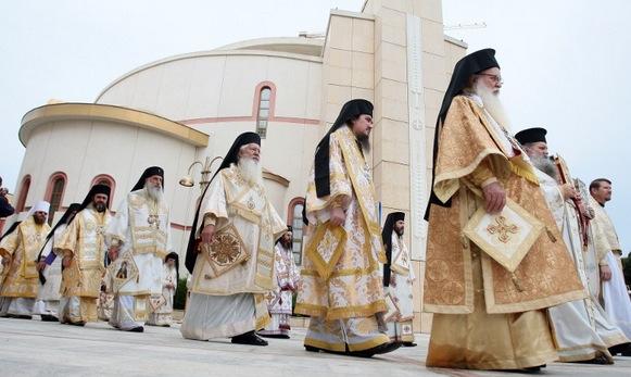 Les prêtres et évêques consécrateurs