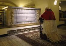 Benoît XVI priant devant le tombeau de Jean-Paul Ier