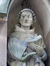 Statue de Jean Tauler dans une niche de la façade sud de l'église Saint-Pierre-le-Jeune protestant, photo Ji-Elle